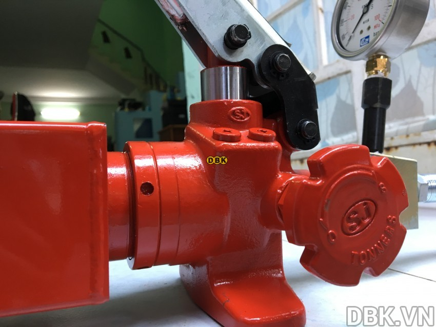 Bơm tay thủy lực 2.5 lít TONNERS DP-2A